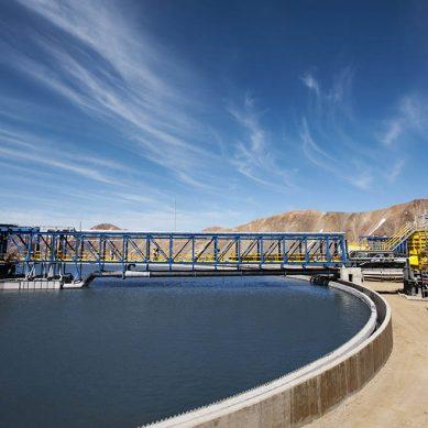 ¿Cuánta agua recicla o reutiliza Anglo American en todas sus operaciones?