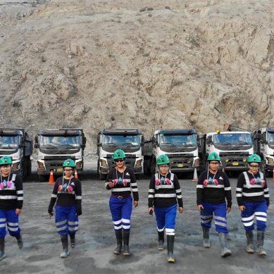 Dinet incorpora a seis mujeres para conducir volquetes en socavón de empresa minera