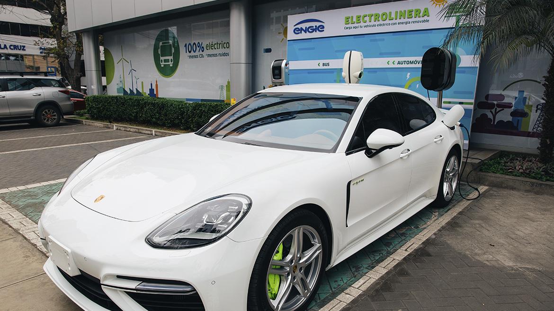 Porsche instala primer cargador público para vehículos eléctricos en el Perú