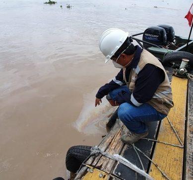 Petroperú identificó «trazas iridiscentes de hidrocarburos» a orillas de Refinería Iquitos