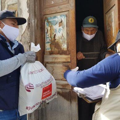 Southern distribuye kits de alimentos y abrigos para adultos mayores en Torata
